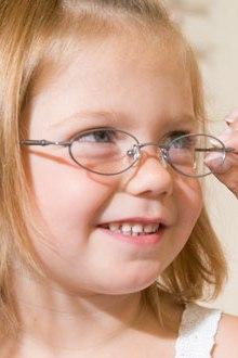 8 simptome care iti arata ca ai nevoie de ochelari de vedere