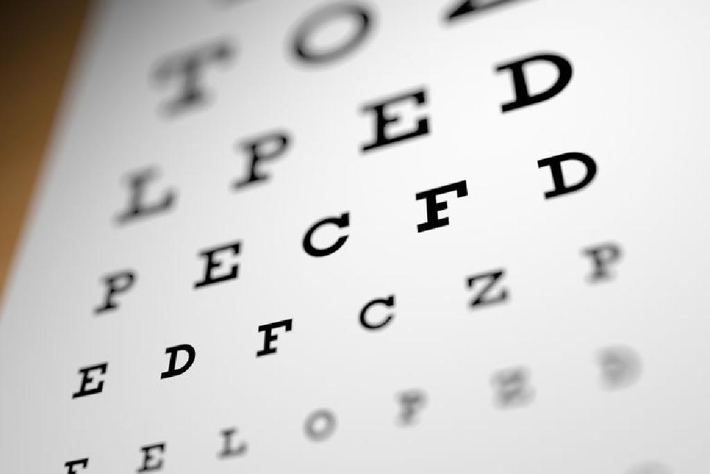 o scădere accentuată a vederii ochiului drept